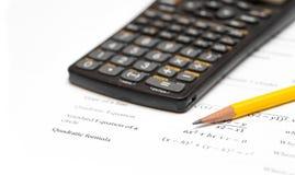 Предпосылка белизны калькулятора и карандаша Стоковое Изображение