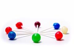 Предпосылка белизны круга леденцов на палочке красочная кладя Стоковое Фото