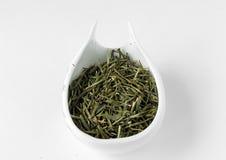 Предпосылка белизны чая зеленого цвета иглы серебра Yin zhen (белая) китайская Стоковые Фото