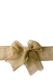 Предпосылка белизны Arounf рождества мешковины обернутая смычком Стоковые Изображения
