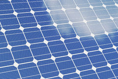Предпосылка белизны om панелей солнечных батарей голубые панели склоняли солнечный взгляд Альтернативная энергия концепции иллюст Стоковое фото RF