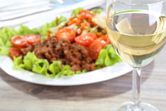 Предпосылка белого вина и еды Стоковая Фотография