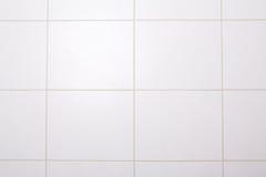 Предпосылка белой крыть черепицей черепицей стены в ванне Стоковое Изображение RF