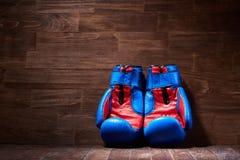 Предпосылка бокса с 2 перчатками на коричневой предпосылке планки Стоковые Изображения