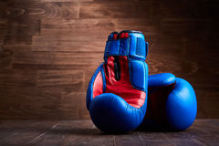 Предпосылка бокса с 2 перчатками на коричневой предпосылке планки Стоковое Изображение RF