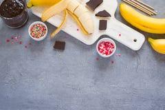 Предпосылка варя банан хлопает - бананы, темный шоколад, сахар Стоковые Фотографии RF