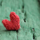 Предпосылка валентинки, красное сердце на зеленое деревянном Стоковое Изображение RF