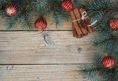 Предпосылка ветвей ели и красных шариков Рождество Стоковое Фото