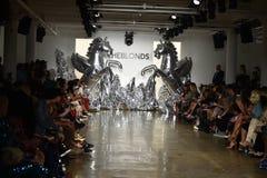 Предпосылка взлётно-посадочная дорожка на модном параде Blonds Стоковые Изображения
