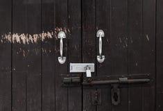 Предпосылка винтажной деревянной запертой двери с краской шелушения и ржавым шарниром Стоковое Изображение