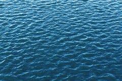 Предпосылка воды поверхностная голубая стоковые фотографии rf