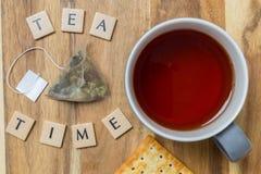 Предпосылка времени чая на древесине стоковое изображение rf