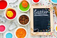 Предпосылка выпечки праздника пасхи с покрашенными яичками Стоковое фото RF