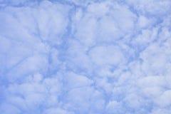 Предпосылка высоких ледистых облаков против голубого неба Стоковое Изображение RF