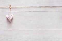 Предпосылка влюбленности дня валентинки, сердце подушки на древесине, космосе экземпляра Стоковые Изображения