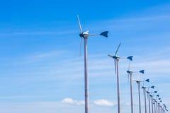 Предпосылка генератора ветротурбины и голубого неба Стоковые Фото