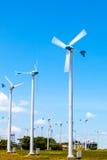 Предпосылка генератора ветротурбины и голубого неба Стоковое Изображение RF