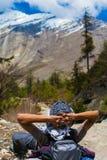 Предпосылка горы Гималаев ландшафта Пешая панорама красивого вида Гималаев Сезон лета конца Зеленое Threes пасмурное Стоковые Фото