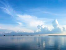 Предпосылка голубого моря и голубого неба с cloudscape Стоковое Изображение RF