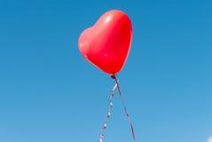 Предпосылка голубого неба воздушного шара сердца валентинки Стоковые Изображения RF