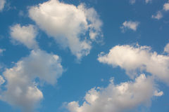 Предпосылка голубого неба с белыми облаками Стоковая Фотография RF