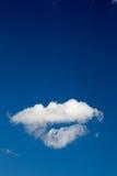 Предпосылка голубого неба с белыми облаками стоковая фотография