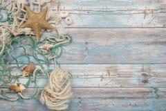 Предпосылка голубых лесов деревянная с рыболовной сетью и seashells Стоковые Фотографии RF