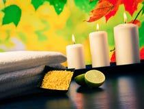 Предпосылка границы массажа курорта с полотенцем штабелировала свечи и известку соли моря Стоковые Фотографии RF