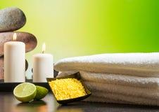 Предпосылка границы массажа курорта с полотенцем штабелировала свечи и известку соли моря Стоковое Изображение