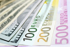 Предпосылка евро и долларовых банкнот фокус отмелый Стоковые Фотографии RF