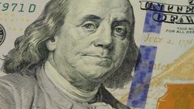 предпосылка денег наличных денег Вращан портрет Бенджамина Франклина на конце счета доллара США 100 вверх, изображение сток-видео