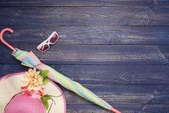 Предпосылка лета, комплект аксессуаров лета на деревянной предпосылке Стоковые Изображения