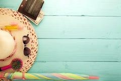 Предпосылка лета, комплект аксессуаров лета на деревянной предпосылке Стоковая Фотография