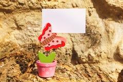 Предпосылка лета при бабочка держа знамя Стоковая Фотография RF