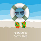 Предпосылка лета - пляж, песок, плавая поплавки, солнечные очки и темповые сальто сальто Стоковые Изображения RF