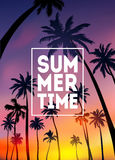 Предпосылка лета тропическая с ладонями, небом и заходом солнца Карточка приглашения рогульки плаката плаката лета Летнее время Стоковые Изображения
