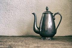 Предпосылка еды с старым чайником утюга антиквариата Стоковое Изображение