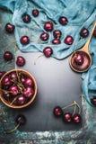 Предпосылка еды для рецептов ягод вишни с варить ложку и салфетку, взгляд сверху стоковое фото rf