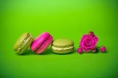 предпосылка еды macaroons цвета весны ягоды Стоковая Фотография