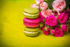предпосылка еды macaroons цвета весны ягоды Стоковая Фотография RF