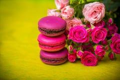 предпосылка еды macaroons цвета весны ягоды Стоковые Фотографии RF