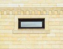 Предпосылка желтых кирпича и окон Стена желтых кирпичей с пластичным окном кирпич разбил белизна стены текстуры гипсолита Стоковое Фото