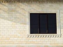 Предпосылка желтых кирпича и окон Стена желтых кирпичей с пластичным окном кирпич разбил белизна стены текстуры гипсолита Стоковое Изображение RF