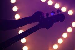 Предпосылка живой музыки, гитарист стоковые изображения rf