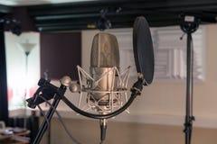 предпосылка закрепляя взгляд легкого переднего путя микрофона профессиональный извлекая Стоковое фото RF