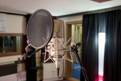 предпосылка закрепляя взгляд легкого переднего путя микрофона профессиональный извлекая Стоковые Фотографии RF