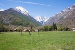 Предпосылка зеленой горы лугов и Snowy Стоковые Фотографии RF