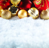 Предпосылка зимы и рождества Красивый сверкнать серебряное и красное украшение рождества на белой предпосылке снега Стоковая Фотография RF