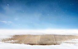 Предпосылка зимы рождества и таблица древесины С Рождеством Христовым поздравительная открытка с экземпляр-космосом Стоковая Фотография