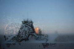 Предпосылка зимы с льдом и заморозок на замороженном окне Стоковая Фотография RF